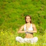 Sund kvinnlig görande yoga Royaltyfria Foton