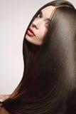 sund lång kvinna för härligt hår Arkivfoto