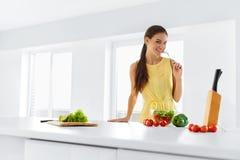 Sund livsstil äta matvegetariankvinnan Banta C, banta arkivbilder