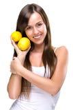 Sund livsstil - den härliga nätta kvinnan rymmer två citroner arkivbild
