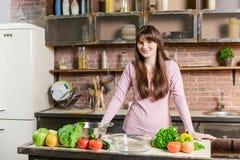 Sund livsstil härlig caucasian flicka i kök som lagar mat den sunda frukosten Arkivbild