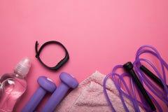 Sund livsstil, idrottshall- och genomkörarebegrepp på rosa bakgrund Kopiera utrymme f?r text royaltyfria foton