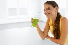Sund livsstil Kvinna som dricker Detoxfruktsaft Banta och att äta veg fotografering för bildbyråer