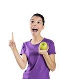 Sund livsstil - lycklig kvinna som äter ett äpple royaltyfri bild