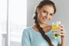 Sund livsstil och mat Kvinna som dricker fruktvatten detox H arkivfoto