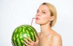 Sund livsstil och organisk näring Vattenmelonvitamindryck Tyck om naturlig fruktsaft Fruktsaft för näck drink för flicka ny arkivfoto
