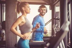 Sund livsstil Par på idrottshallen arkivbilder