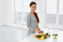 Sund livsstil som äter Kvinna med citroner och limefrukter vitamin royaltyfri bild