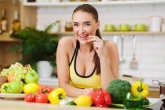Sund livsstil Sportig kvinna som st?r n?ra frukter och gr?nsaker royaltyfri foto