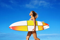 Sund livsstil surfa konkurrensar som dyker pölsportar som simmar vatten Kvinna med surfingbrädan Arkivfoto