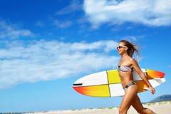 Sund livsstil surfa konkurrensar som dyker pölsportar som simmar vatten Kvinna med surfingbrädan Royaltyfria Bilder