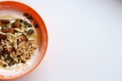 Sund livsstilfrukost i den orange bunken, halva royaltyfri bild