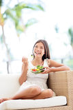 Sund livsstilkvinna som äter att le för sallad som är lyckligt Arkivbild