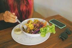 Sund livsstilkvinna som äter strikt vegetarianFalafelbollar med ny grön sallad i vegetarisk restaurang Arkivbilder