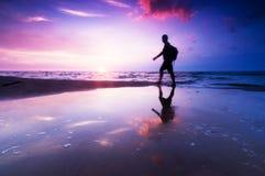 sund livsstilsolnedgång för strand arkivbild
