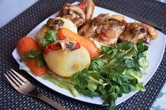 sund lunch var kunde den hemlagade pien för mat Vita ris, ångad potatis, låten småkoka höna, källkrasse och morötter arkivbild