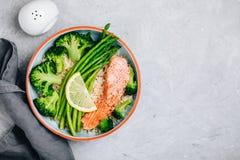 Sund lunchbunkelax och broccoli med sparriers och ris arkivfoton