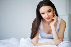Sund lycklig kvinnlig modell Relaxing Indoors Stående av en smili arkivfoto