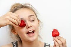 Sund lycklig le kvinna som ?ter jordgubben Sunt livsstilbegrepp arkivfoton