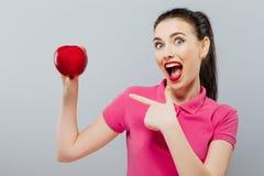 Sund lycklig naturlig organisk rå begreppsstående för ny mat av den attraktiva flickan av det hållande äpplet i hennes händer öve Arkivfoton