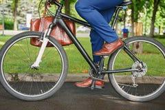 Sund man som går att arbeta med cykeln fotografering för bildbyråer