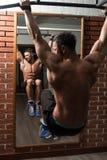 Sund man som gör övningen för Abs Arkivfoto