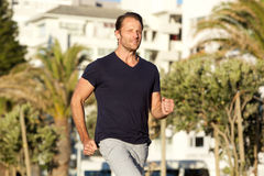 Sund man som utomhus joggar royaltyfri fotografi