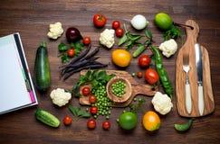 sund mat Örter och grönsaker på trätabellen Arkivfoton