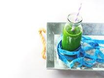 Sund mat bantar för spenatsmoothien för begreppet den gröna metern royaltyfri fotografi