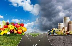 Sund mat eller medicinska preventivpillerar fotografering för bildbyråer