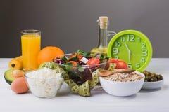 Sund mat för bantar med nya grönsaker, frukter och havregröt Fotografering för Bildbyråer