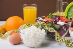 Sund mat för bantar med nya grönsaker, frukter och havregröt Royaltyfri Foto