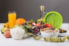 Sund mat för bantar med nya grönsaker, frukter och havregröt Royaltyfria Foton