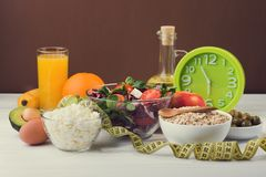 Sund mat för bantar med nya grönsaker, frukter och havregröt Royaltyfria Bilder