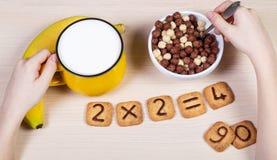 Sund mat för skolbarn Mjölka, bananen och den roliga cookien Royaltyfri Fotografi
