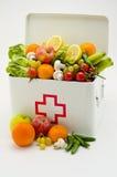 sund mat Första hjälpenask som fylls med frukter och grönsaker Royaltyfri Foto