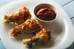 Sund mat från fega vingar med hemlagad tomatdeg på trätabellen Top beskådar kopiera avstånd Arkivfoto