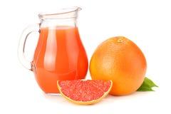 sund mat grapefruktfruktsaft med den skivade grapefrukten som isoleras på vit bakgrund Royaltyfria Foton