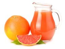 sund mat grapefruktfruktsaft med den skivade grapefrukten som isoleras på vit bakgrund Royaltyfria Bilder