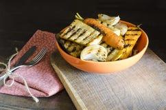 Sund mat grillade grönsaker på trätabellen Arkivfoto