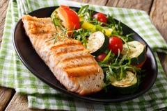 Sund mat: grillade laxfiléer med grönsaksallad och ar Royaltyfria Bilder