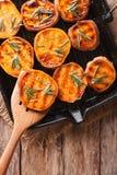 Sund mat: Grillade sötpotatisar med rosmarin på gallret Arkivbilder