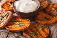 Sund mat: grillade sötpotatisar med rosmarin som tjänas som med s Arkivbild