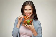 Sund mat, helthy livstil med den unga kvinnan som äter sallad arkivbilder