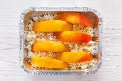 Sund mat i folieask, bantar begrepp Bakat äpple i den vita plattan Royaltyfria Foton