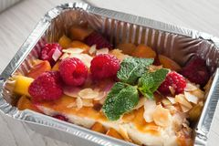 Sund mat i folieask, bantar begrepp Ostkakaefterrätt Arkivbild