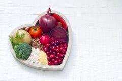 Sund mat i hjärtatecken av den sunda livsstilen royaltyfria foton