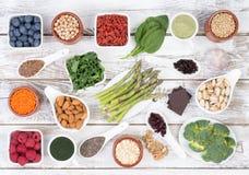 Sund mat kallade toppna foods på träbakgrund Fotografering för Bildbyråer