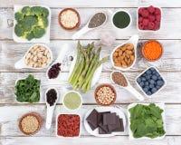 Sund mat kallade toppna foods på träbakgrund Arkivfoto