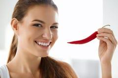 sund mat Le kvinnan som rymmer röda Chili Pepper livsstil Arkivfoton
